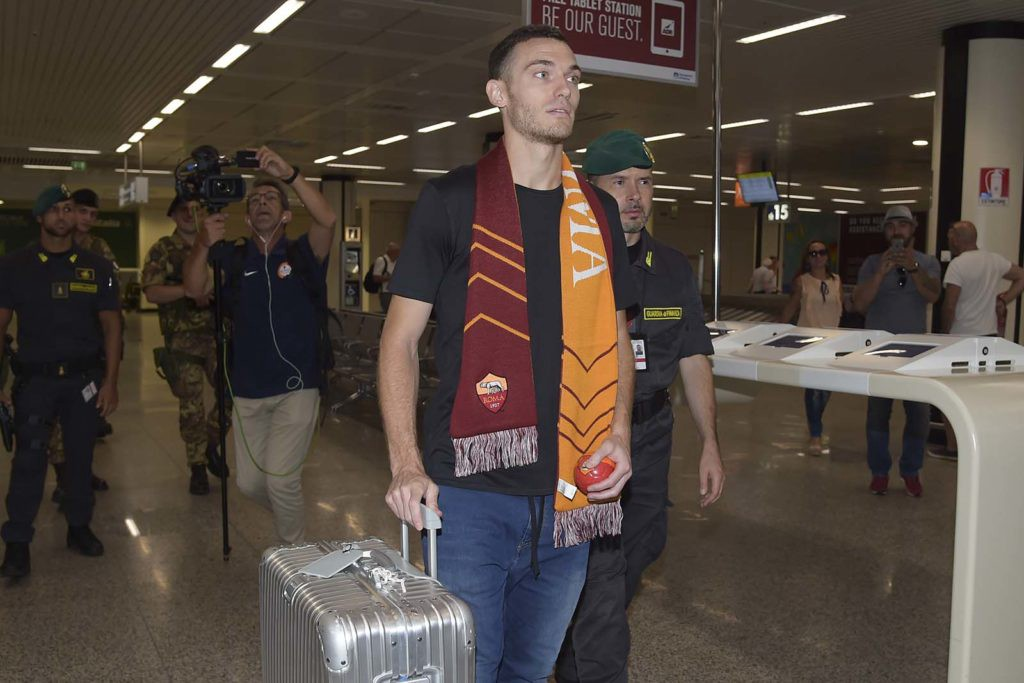 Vermaelen arrives with his suitcase full of winner's medals. (AS Roma)