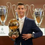 Cristiano Ronaldo notifies Lionel Messi of the 2016 Ballon d'Or results