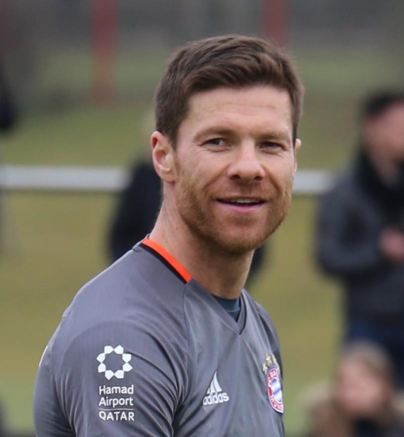 Xabi_Alonso_Training_2017-03_FC_Bayern_Muenchen-3_28cropped29.jpg